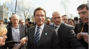 Arnold Schwarzenegger heads back to city hall with London mayor Boris Johnson in March 2011.  (Getty Images)